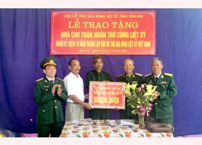 Lãnh đạo Hội hỗ trợ gia đình liệt sĩ Việt Nam trao hỗ trợ làm nhà cho thân nhân thờ cúng liệt sĩ xã Việt Thành, huyện Trấn Yên.