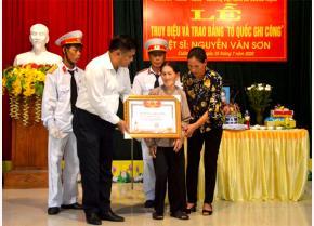 Lãnh đạo huyện Trấn Yên trao Bằng Tổ quốc ghi công cho thân nhân liệt sĩ Nguyễn Văn Sơn.