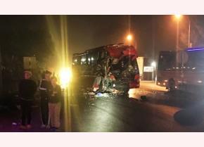 Một chiếc xe vỡ vụn phần đầu sau cú tông mạnh.