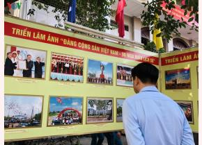 Khách tham quan triển lãm về Đảng Cộng sản Việt Nam.