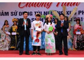 Lãnh đạo Trường THPT Lý Thường Kiệt và Quỹ Bảo vệ môi trường tỉnh trao giải nhất cho các em học sinh ở phần thi thời trang.