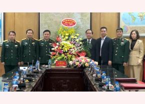 Đồng chí Tạ Văn Long - Phó Chủ tịch Thường trực UBND tỉnh cùng đoàn công tác của tỉnh tặng hoa và quà Nhà máy Z183 – Tổng cục Công nghiệp quốc phòng.