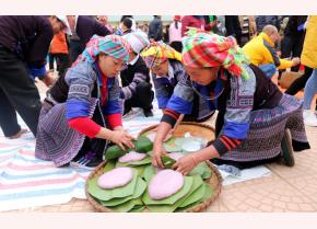 Participants at the banh day pounding competition.