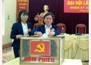 Các đại biểu bỏ phiếu bầu ban chấp hành chi bộ tại Đại hội Chi bộ Văn phòng cấp ủy  - chính quyền huyện Yên Bình.