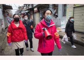 Các nhân viên cộng đồng sử dụng loa để thông báo về phòng ngừa và kiểm soát COVID-19 ở Vũ Hán.