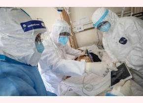 Nhân viên y tế kiểm tra bệnh nhân nhiễm Covid-19 ở Vũ Hán, Trung Quốc.