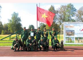 Trung tá Vũ Khắc Biên cùng đồng đội chụp ảnh lưu niệm mừng chiến thắng tại Nga.