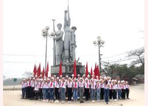 Các em học sinh lớp 5C, Trường Tiểu học Nguyễn Trãi thực hiện nghi thức chào cờ tại buổi tham quan thực tế Di tích lịch sử cấp quốc gia Bến Âu Lâu.