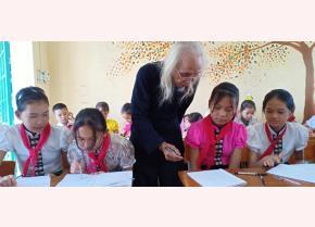 Học sinh Trường Tiểu học & THCS Hoàng Văn Thụ học chữ Thái cổ.