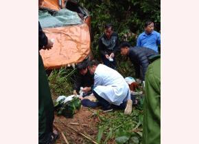 Sau vụ tai nạn xảy ra, các bác sĩ có mặt tại hiện trường cùng người dân tiến hành cấp cứu các nạn nhân.