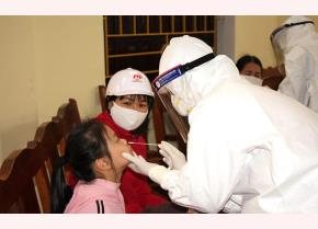Nhân viên y tế lấy mẫu xét nghiệm. (Ảnh: Báo điện tử Nhân dân)
