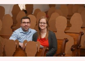 Cặp đôi chụp ảnh tại nhà thờ trước đám cưới cùng các vị