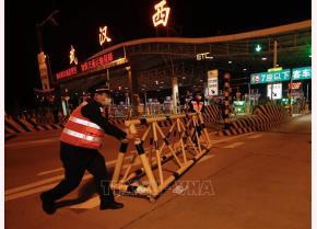 Nhân viên nhà ga đường sắt cao tốc phía Tây Vũ Hán, tỉnh Hồ Bắc, Trung Quốc dỡ bỏ phong tỏa, ngày 8/4/2020. (Ảnh: Tin tức)