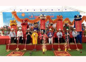 Vice Chairwoman of the Yen Bai provincial People's Committee Vu Thi Hien Hanh and delegates at the ground-breaking ceremony for Area C of the Muong Lo market.