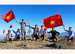 Ngày càng có nhiều du khách khám phá đỉnh Tà Chì Nhù. (Ảnh: Thanh Miền).