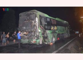 Xe khách bốc cháy dữ dội khi lưu thông trên quốc lộ