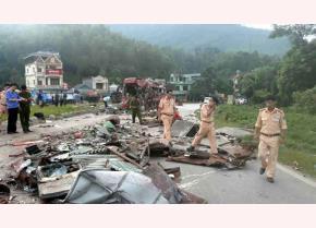 Hiện trường vụ tai nạn giao thông kinh hoàng khiến 41 người thương vong trên Quốc lộ 6 qua tỉnh Hòa Bình hôm 17-6