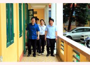 Đồng chí Vương Văn Bằng - Giám đốc Sở GD&ĐT cùng các đồng chí trong Ban Chỉ đạo kỳ thi THPT quốc gia tỉnh Yên Bái năm 2019 kiểm tra công tác chuẩn bị tại điểm thi Trường THPT Trần Nhật Duật, huyện Yên Bình.