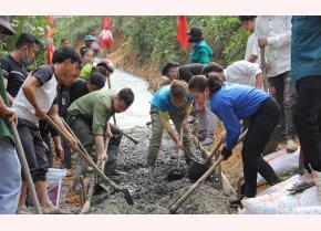"""Đoàn viên, thanh niên huyện Trạm Tấu tham gia thực hiện công trình """"Con đường em đến trường""""."""