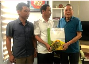 Đồng chí Lương Văn Thức  thăm, tặng quà đồng chí Nguyễn Mai Hồng (ngoài cùng bên phải) nhân dịp kỷ niệm 76 năm Ngày thành lập Đảng bộ tỉnh Yên Bái.