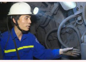 Kỹ sư Nguyễn Văn Hiền xuống các hầm lò tìm kiếm các giải pháp cải tiến kỹ thuật.