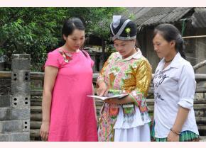 Chủ tịch Hội Phụ nữ xã Suối Bu - Giàng Thị Sểnh (đứng giữa) trao đổi với hội viên phụ nữ về chăm sóc sức khỏe sinh sản.