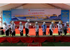Secretary of the Yen Bai Party Committee Do Duc Duy and delegates at the ground-breaking ceremony for the Luc Yen-Bao Yen road on June 27.
