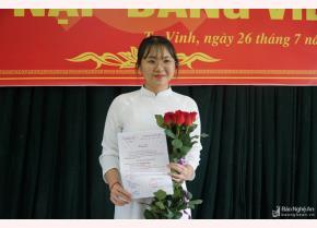 Em Đinh Thị Kim Ngân tại lễ kết nạp Đảng.