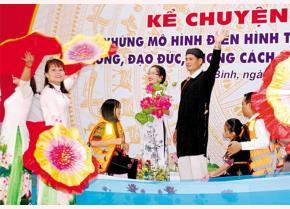 Anh Lý Văn Thiểu - dân tộc Dao ở xã Yên Thành nhiều năm tình nguyện lái đò chở học sinh qua hồ Thác Bà đến trường.