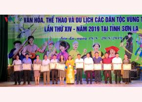 Bà Nguyễn Thị Hải Nhung thừa ủy quyền của Bộ trưởng Bộ Văn hóa, Thể thao và Du lịch trao bằng khen cho các tập thể, cá nhân.