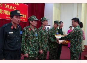 Đồng chí Nguyễn Chiến Thắng - Phó Chủ tịch UBND tỉnh, Trưởng ban Chỉ đạo diễn tập tỉnh trao bằng khen của Chủ tịch UBND tỉnh cho các tập thể, cá nhân.