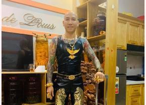 Phú được giới trẻ biết đến với chiếc đầu trọc, cơ thể phủ kín những hình xăm, đeo rất nhiều vàng.