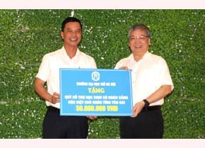 Đại diện Trường Đại học Mở Hà Nội trao tặng 50 triệu đồng cho các em học sinh có hoàn cảnh đặc biệt khó khăn tham gia kỳ thi tốt nghiệp THPT năm 2020 tỉnh Yên Bái.