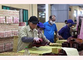 Anh Nguyễn Đức Quang quan tâm hỏi thăm người lao động của Nhà máy.