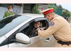 Lực lượng cảnh sát giao thông kiểm tra nồng độ cồn với người tham gia giao thông.