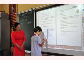 Một giờ học của cô và trò Trường Tiểu học Nguyễn Trãi, thành phố Yên Bái với bảng thông minh.