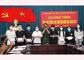 Đồng chí Triệu Tiến Thịnh - Chủ tịch Hội Khuyến học tỉnh và Đại tá Nguyễn Ngọc Thái - Chính ủy Bộ Chỉ huy Quân sự tỉnh trao học bổng cho các sinh viên xuất sắc.