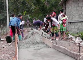 Đồng bào Mông xã Kiên Thành bê tông hóa đường giao thông và vệ sinh môi trường.