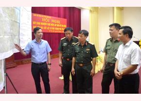Đồng chí Dương Văn Tiến - Phó Chủ tịch UBND tỉnh, Trưởng ban Chỉ đạo 515 tỉnh Yên Bái trao đổi với lãnh đạo Quân khu 2 và các đại biểu về rút kinh nghiệm thực hiện lập bản đồ tìm kiếm quy tập hài cốt liệt sĩ.