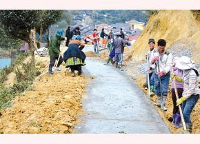 Cán bộ, đảng viên và nhân dân xã Phình Hồ, huyện Trạm Tấu đắp lề đường giao thông về bản Tà Chử. (Ảnh: Thanh Sơn)
