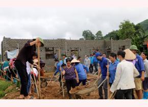 Nhân dân xã Xuân Long tích cực đóng góp vật chất, công lao động để cùng chính quyền xây dựng nhà văn hóa.