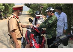 Cảnh sát giao thông huyện Trấn Yên kiểm tra giấy tờ của người điều khiển phương tiện tham gia giao thông.