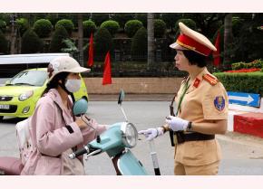 Trung tá Trần Thúy Vinh tuyên truyền, nhắc nhở người tham gia giao thông chấp hành nghiêm quy định của Luật Giao thông đường bộ.
