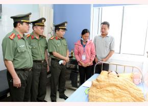 Đại diện Đảng ủy, Ban Giám đốc Công an tỉnh Yên Bái thăm hỏi, động viên Thượng sỹ Vũ Trung Toàn và gia đình.