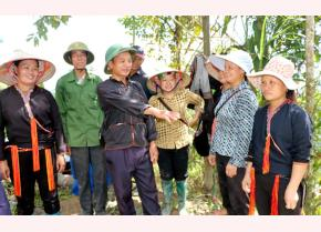 Trưởng thôn Triệu Văn Lý trao đổi, vận động bà con chung sức làm đường giao thông nông thôn.