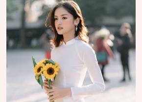Hà My trong trang phục áo dài trắng chụp ảnh kỷ yếu trước khi tốt nghiệp.
