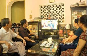 Cán bộ hưu trí phường Minh Tân, thành phố Yên Bái theo dõi Đại hội qua truyền hình trực tiếp.