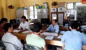 Cán bộ xã An Lạc giải quyết thủ tục hành chính cho người dân.