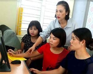 Chị Kiều Thị Mười trao đổi chuyên môn nghiệp vụ với cán bộ trẻ trong đơn vị.