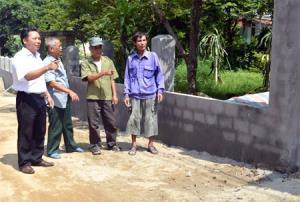 Bí thư Chi bộ kiêm Trưởng thôn Gốc Sổ - Trần Văn Khiêm (ngoài cùng, bên trái) trao đổi với các hộ dân trong thôn về việc mở rộng lòng, lề đường.